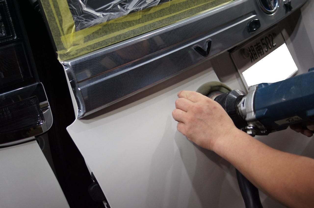 ガラス面の作業を終え 塗装面をエロく整えていきます^^