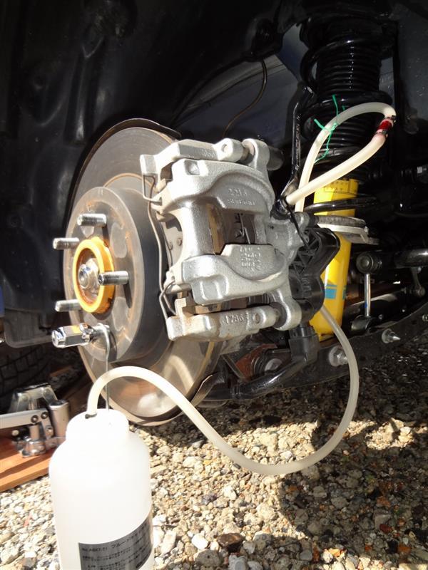タイヤ替えるついでにブレーキフルードも替える