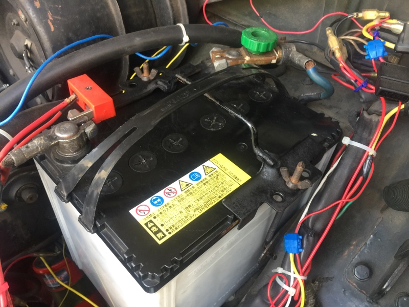 ボルボアマゾン122S バッテリーホルダー、錆びたまま黒塗装