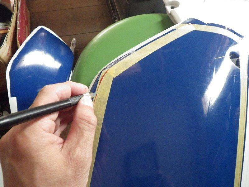 塗装し直したカウル類にカッティングシート貼り