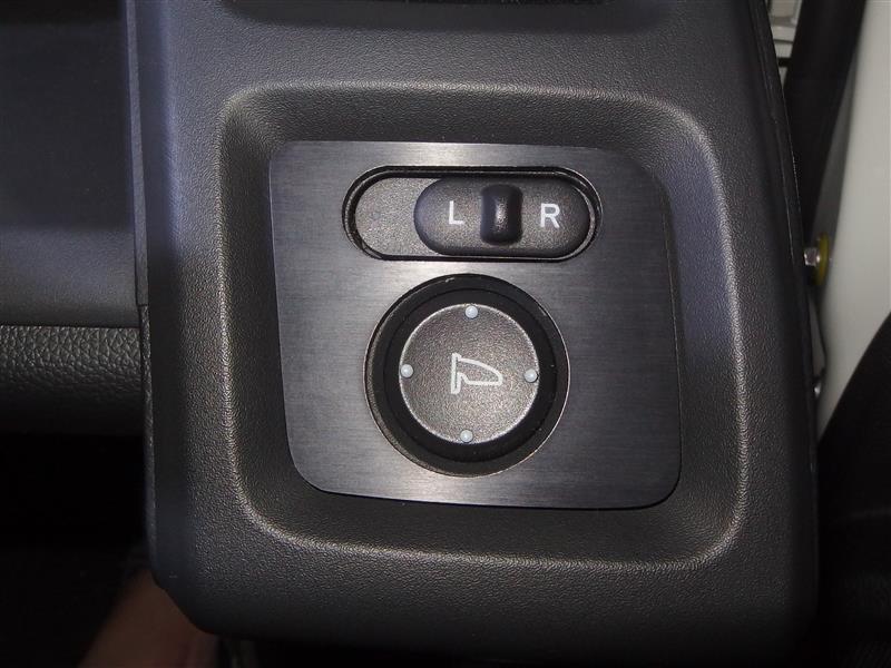 ドアミラースイッチパネルの貼り付け