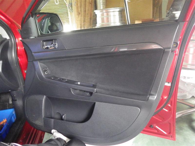 ドア内張外し。<br /> めっちゃ固い。<br /> ビスの位置は古い車と変わらないが、メクラが良くなりすぎで、フタはずすのに隙間が無いやんか。<br /> お店の人はすごいな。<br /> すぐに傷いくやろうに、リスキーな仕事やと思う。<br /> <br />