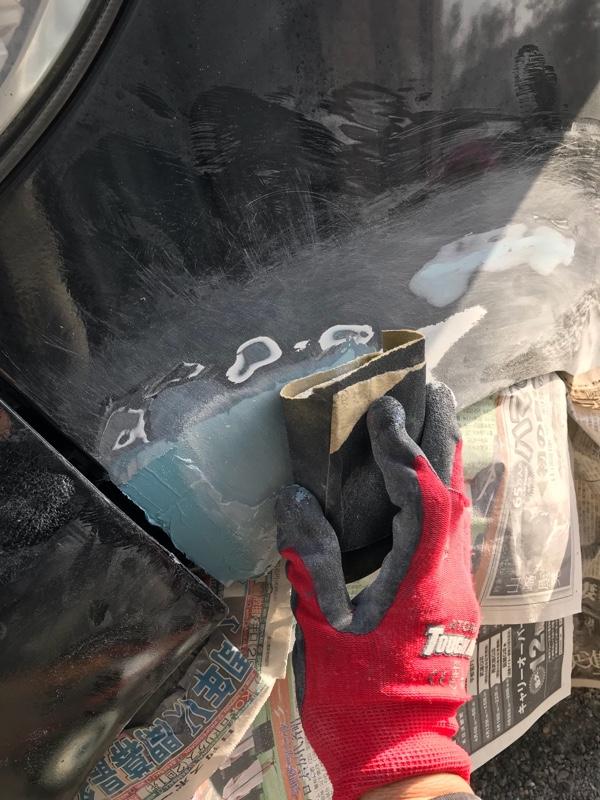 助手席側フェンダーパテ補修&塗装その1