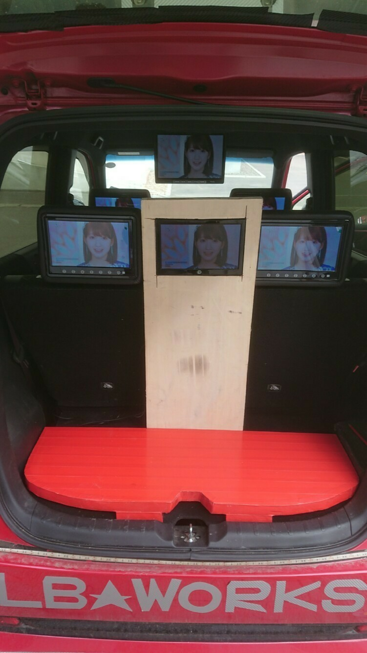 リアトランクに家庭用32インチモニター設置