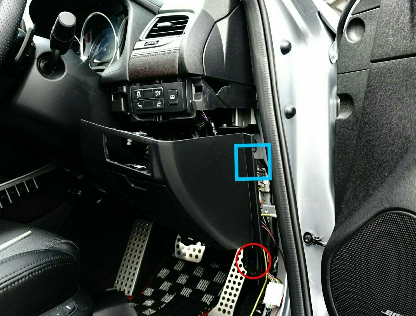 リアトレイにドライブレコーダー設置