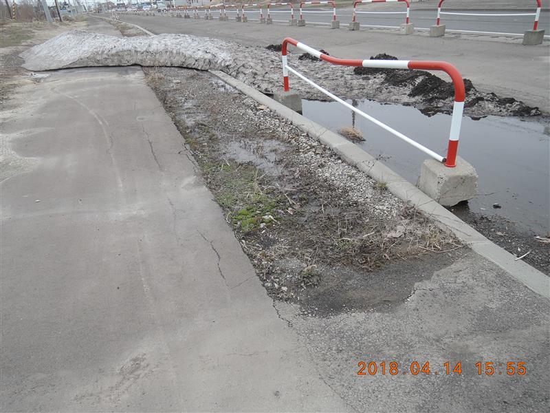 いまだに残雪が・・・<br /> おまけにさらに砂が溜まって凄いことに<br /> ちょうど駐車場に使う砂も<br /> 無くなって来たんで回収したいなあ・・・<br /> とは思うも面倒<br /> 頼むから新人の警官<br /> 連帯責任で実家の玄関先の道路の掃除すれよ<br /> <br /> <br /> <br /> したっけの。<br /> <br /> ルンバの新型発表会で泣けた