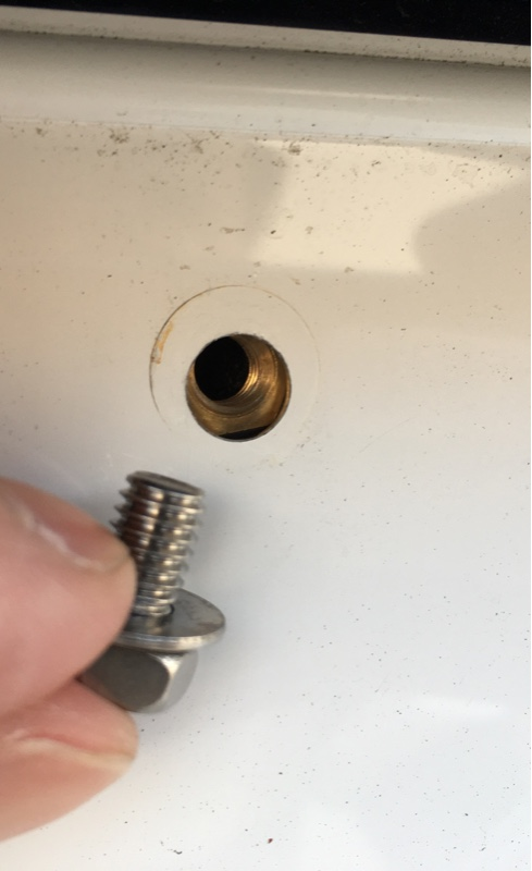 ライセンスプレート固定ボルト交換