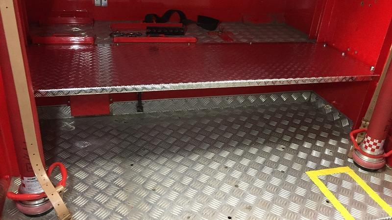 赤いな~的なお車の、大会用ワンオフ架台にラッピングシート施工