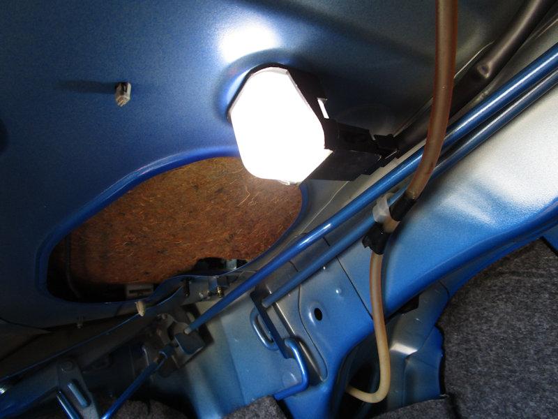 トランクの照明 青くボア~と光っている