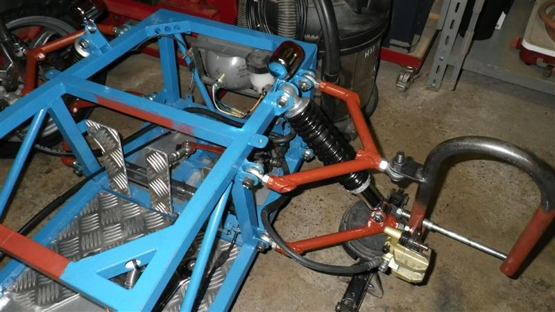 フロント左右にブレーキキャリパーを仮固定をしてブレーキホースの長さを確認します。 既設のバイク(zz)用ホースが丁度良い具合に使えました。<br />