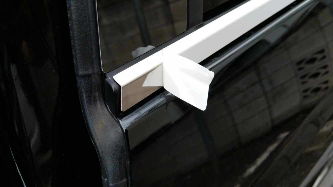 ステンレス製ドアモールの取り付け