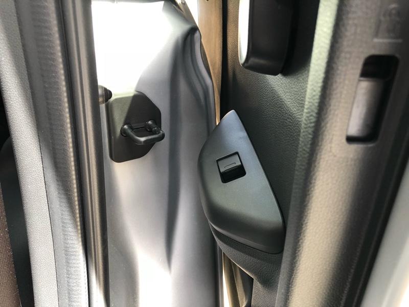レジェンドKB1用ドアストライカーカバー取付