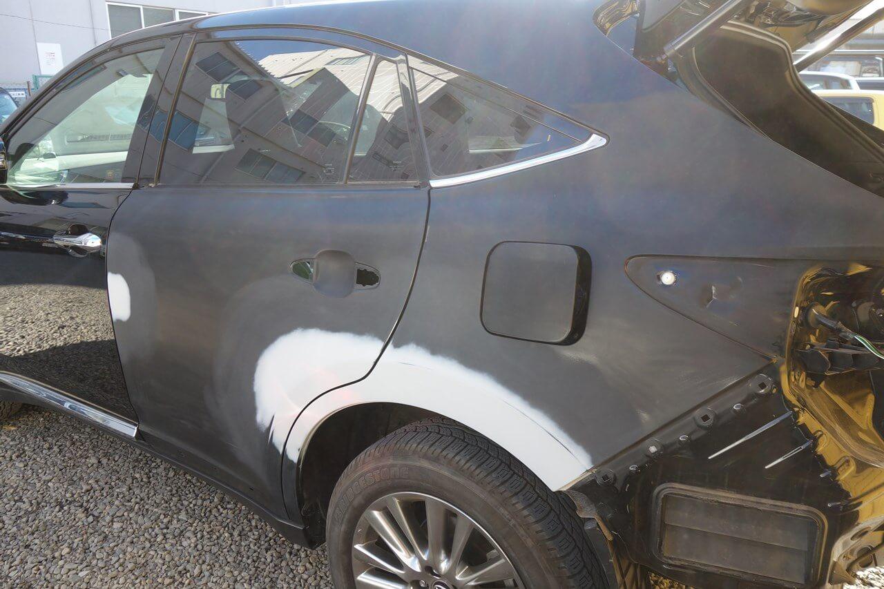 トヨタ ハリアー 左リヤドアとリヤフェンダのキズ&へこみ板金・塗装・修理。日野市よりご来店。