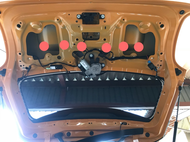 F56MINI リヤライセンスガーニッシュ取り外し