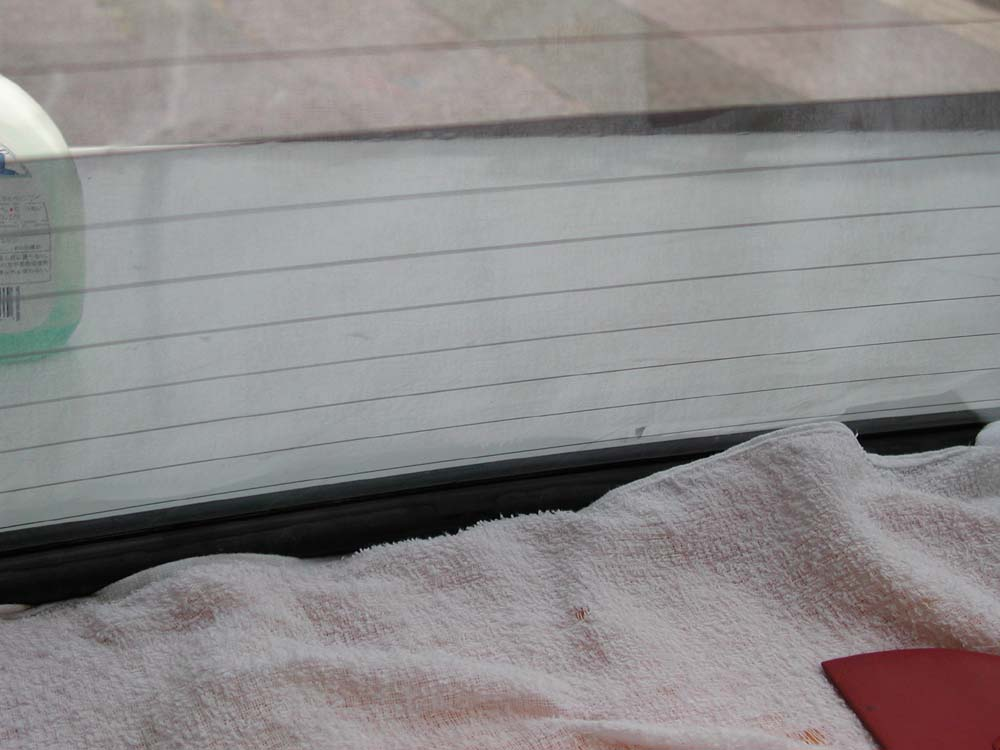 リヤウィンドウにフィルムを貼る。