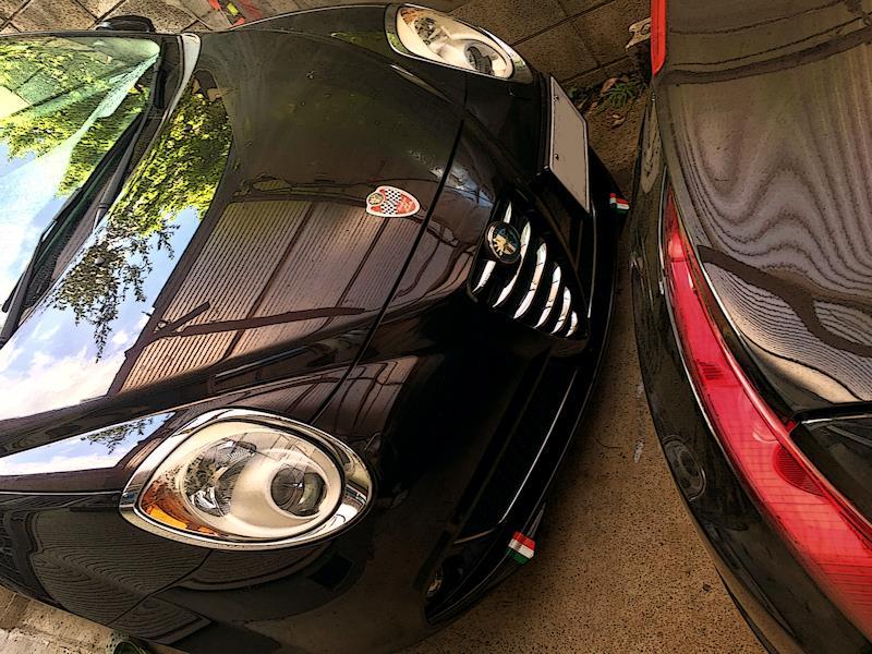 黒の車体に ステッカー 貼り始めている