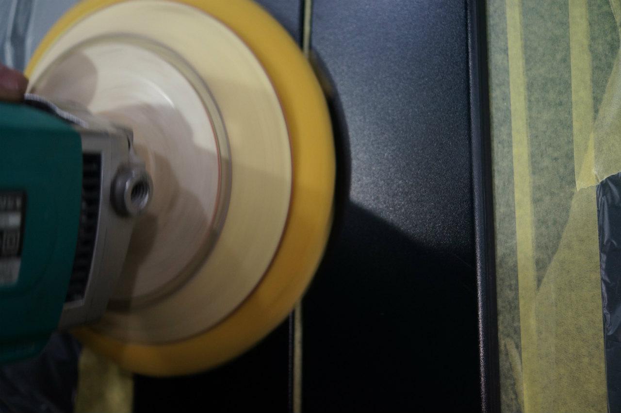 工程を踏み磨き作業でのエロ化を進め^^ 1層目のガラス系皮膜のガン吹きです!