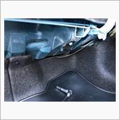 作業は簡単。<br /> フックをトランク内のボルトで共締めするだけです。