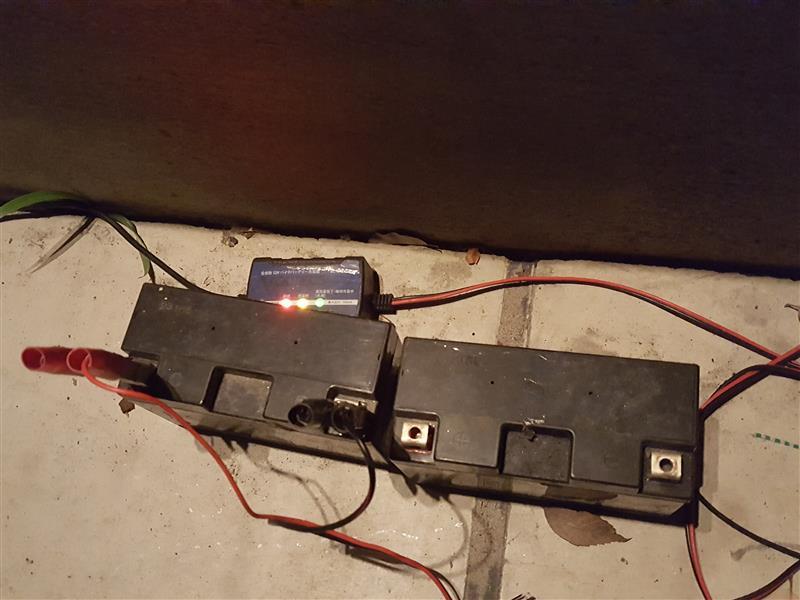 そして、気がつかなかった私が悪いが・・・2年前からのバッテリーたち。<br /> <br /> DR-Z緊急予備品バッテリーとなって何時の日か・・・役立ってくれる時が来ると信じて補充電中です