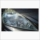 ヘッドライト運転席側です。<br /> 傷なのか黄ばみなのか、よく判りませんが、間違いなく透明感が失われてきています。<br /> いい加減、気になるようになってきました。