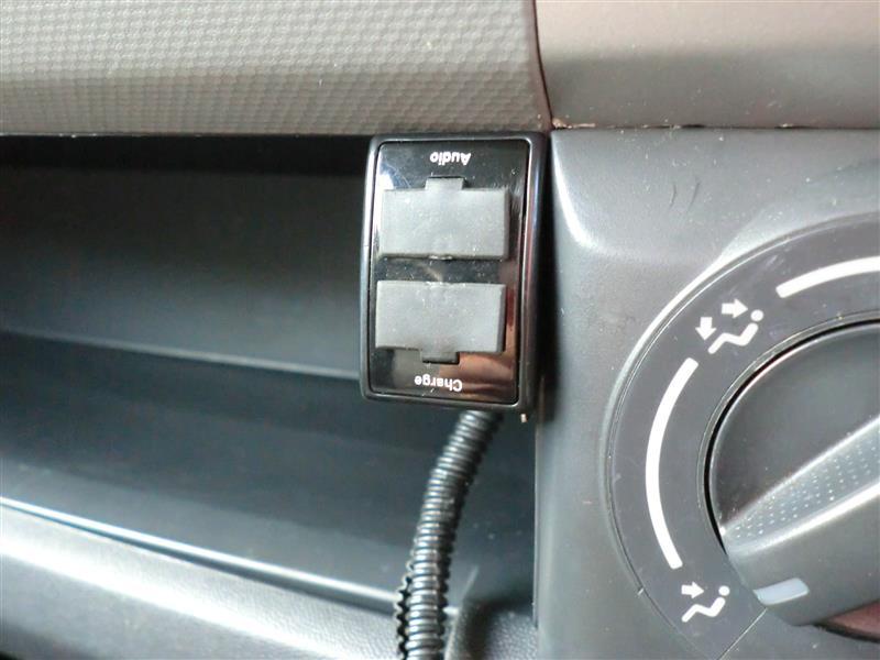 固定式のUSBポートに変更しました。<br /> <br /> 購入時のスペック<br /> DC 12V対応  USBアウトプットパワー:DC 5V 1.2A 12V DC AダブルUSB充電器<br /> 取り付けはアクセサリー電源とボディーアースに繋げるだけです。<br /> 付属のUSBコードを、オーディオなどがUSBジャック付きのデッキに接続すれば、音響音楽を車内で聞くことが可能。
