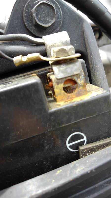 バッテリーの点検をしたところ、錆が浮いていたのでとりあえずブラシで落としました。<br /> 最近キーオンにしても電源が入らないときがあるのはこれが原因か。。。?
