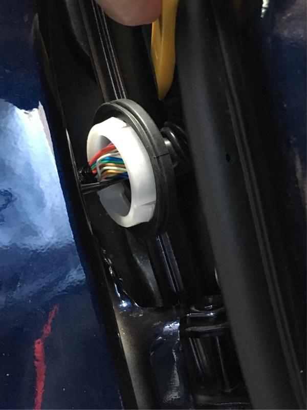 ドアと車体間の配線通し