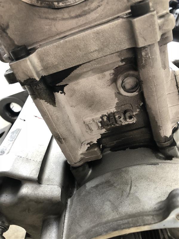 なんか漏れてますね・・・<br /> おそらくはオーバーヒートが原因だと思います。<br /> ベース側、ヘッド側共に漏れてます。ゆがんじゃったかな?