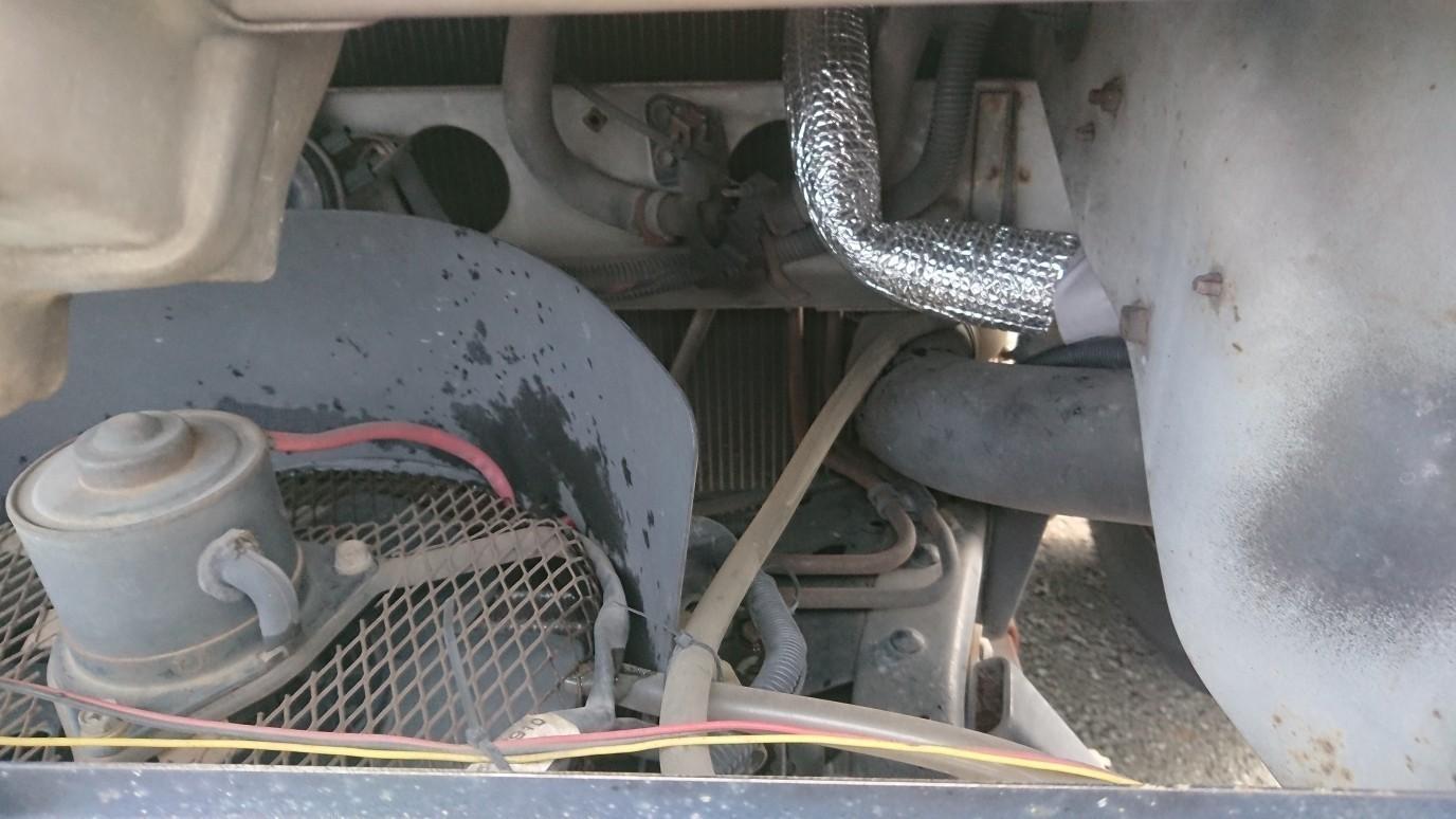 過去にやった作業ですが、  クーラーの効率改善です❗  カークーラーは、配管断熱がされて無いので…  冷やされた配管が、エンジンの熱で温められてしまいます😱  そこで、配管を断熱しました😁