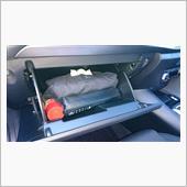 グローブボックス内の車検証が邪魔な件の画像