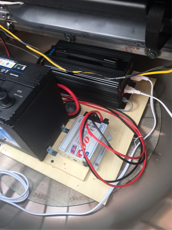 スペアタイヤの場所にサブバッテリーとインバータとアイソレーター取り付け