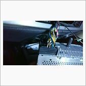 デッキを引きずり出してCDチェンジャーの端子が空いていますのでそこに刺します。
