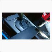 次に端子の処理ですが、サービスボード(って言うのかな?)に穴を開けてそこに端子を付けます。<br /> <br /> ※作業風景を撮るために車内にて撮影しています。実際に穴を開ける時は車外で行ってください。