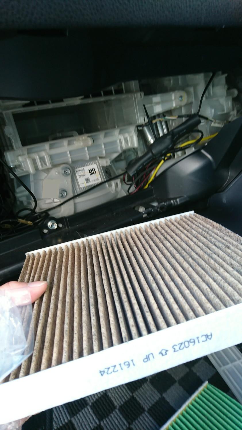 溶剤が全て無くなったら②のエアコンスイッチをONにして5分以上待ちます。<br /> その間に新しいエアコンフィルターを装着して、グローブボックスを取り付けて終わりです✨