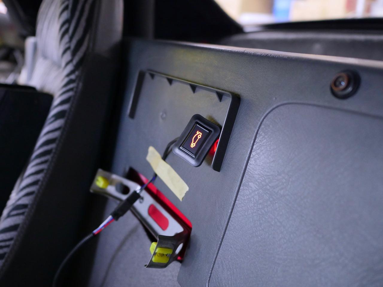 トランクオープンボタン取付