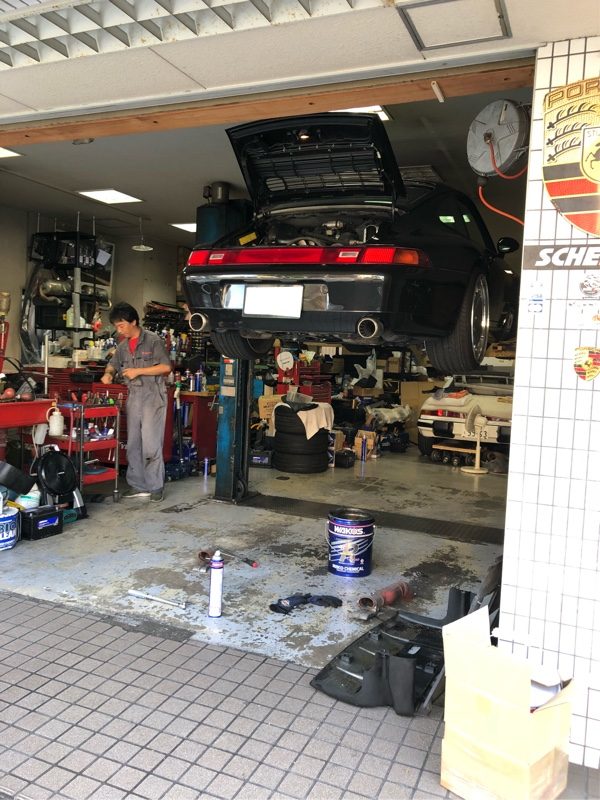 Porsche 993 オイル交換とポロっと落ちてきたドライブシャフトブーツ