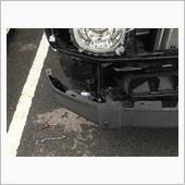 バンパーは、10mmと、ドライバーと、内装剥がしが必要です。<br /> フォグのコネクタも外します。<br /> ヘッドライトウォッシャーの配管も外します。