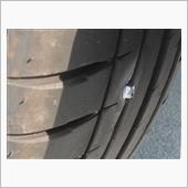 タイヤにボルトが刺さりパンク修理の画像