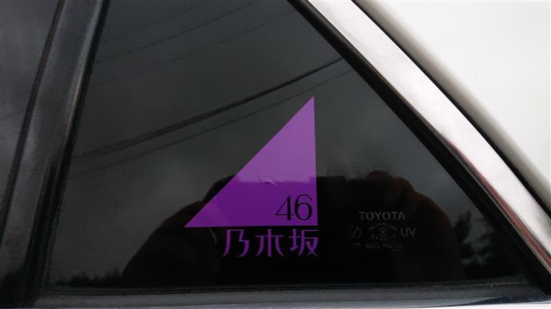 乃木坂46ロゴステッカー貼り付け