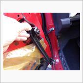 ドアガラスが上まで上がりきっている<br /> (締まっている状態)を確認し、<br /> ドア内部にある黒い部品<br /> フロントドア・ロアサッシュを抜き取る。<br /> このドアサッシュ上部は先ほど緩めた<br /> M6ボルトがストッパーになっている。