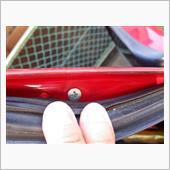 立ち上がって今度はドアサッシ上部、<br /> ベンチガラス後部柱(ドアガラス前柱)の<br /> 上端辺りを覗き込む。<br /> ドアウェザーストリップをめくると<br /> 皿ネジが隠れているのでこれも外す。