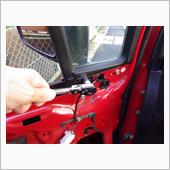 ベンチガラス下のボルトを外す。<br /> 画像の位置にあるボルトと、その直下にある<br /> ボルトが対象。<br /> ベンチガラス前方下の同じようなボルトは<br /> 全然関係ないので手を出さないように。