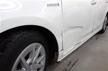 トヨタ プリウスα 左フロントフェンダ・フロントドア・サイドステップ キズへこみ板金塗装修理。青梅市