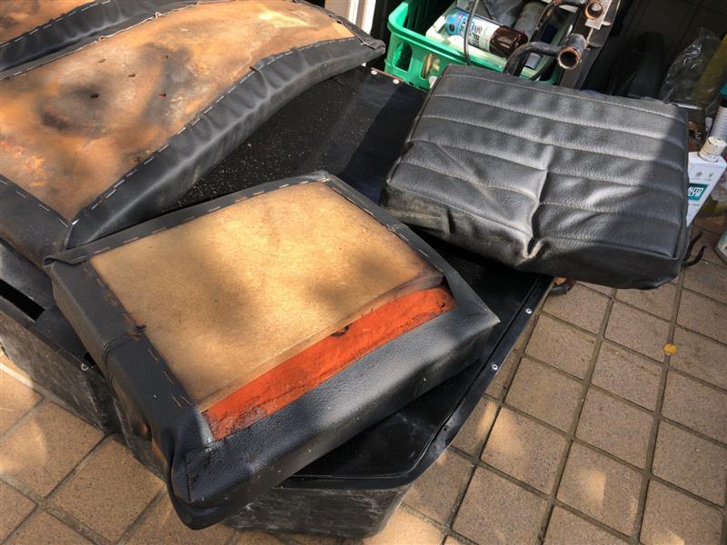 シート座面の裏側。ウレタンの下にMDFらしき集積材が貼ってあり、そこに表皮がタッカーと接着剤で留めてありました。MDFがゴムベルトの代わりなんだろうけど…。左右で板厚も全然違うので余り物使ったんだろうな〜。