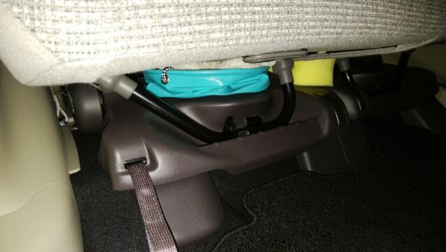 洗車バケツをリアシート下に収納