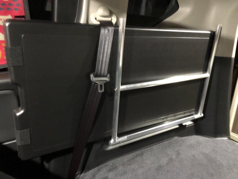 作成したホルダーをユーティリティフックを使い取り付け。<br /> 二列目シートベルトあたりから少し出てしまう。<br /> まあ、特に支障は無い⁈かも⁈
