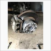 純正ブレーキがあまりにも効きが悪く、危険を感じ社外品に交換します。<br /> 先ずは、車をジャッキアップし、ホイールを外します。<br /> キャリパーのボルトを外しパッドを外します。