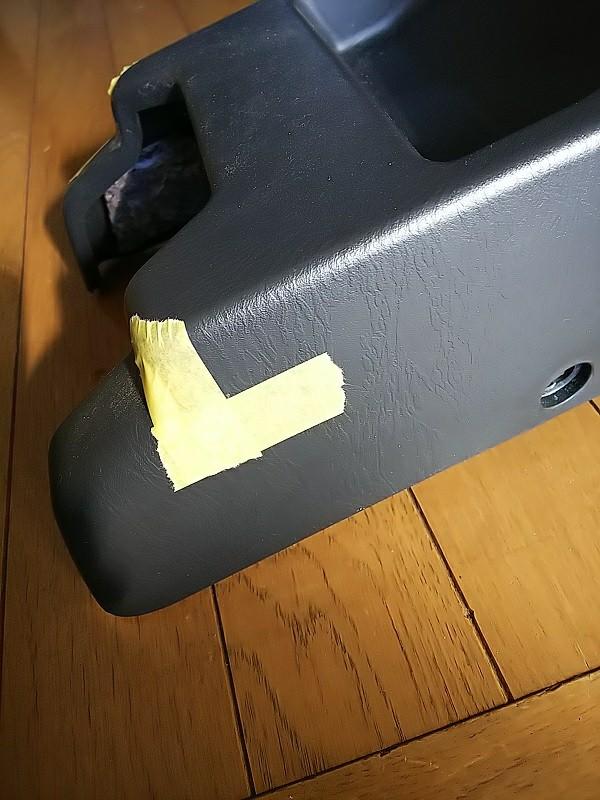 本来なら足元の上から照らすのだと思いますが、なにぶん手が入らない(五十肩で無理したら撃沈する)のでこれも前に付けたAT用のコンソールへビルトインする事に。<br /> <br /> 目立たなく効率的な所へマーキング。<br /> マスキングテープを貼り、中の公差した部分へ穴をあけます。