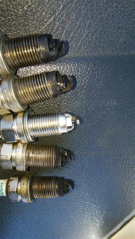 そしてプラグを交換。純正でイリジウムタフのVKA20という3極プラグを使用しているが、流石はタフとはいえ20万km無交換?には耐えられまい。電極は限界を越え、隙間はカーボンで埋まっている。<br /> フツーのプラグも品番としてはあるようだが、今回は多少値が張るがVKA20を準備した。