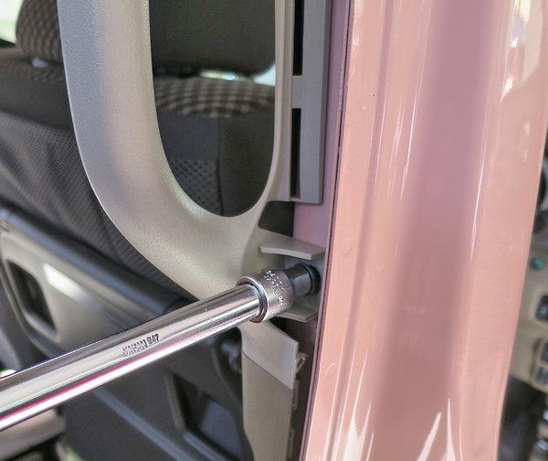 ルーフの断熱・遮音処理(3)センターピラーハンドルの取外し